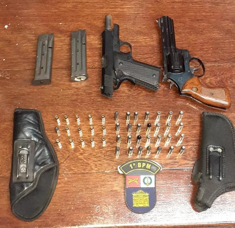 Armas encontradas com o médico veterinário preso em Cuiabá — Foto: Polícia Militar de Mato Grosso