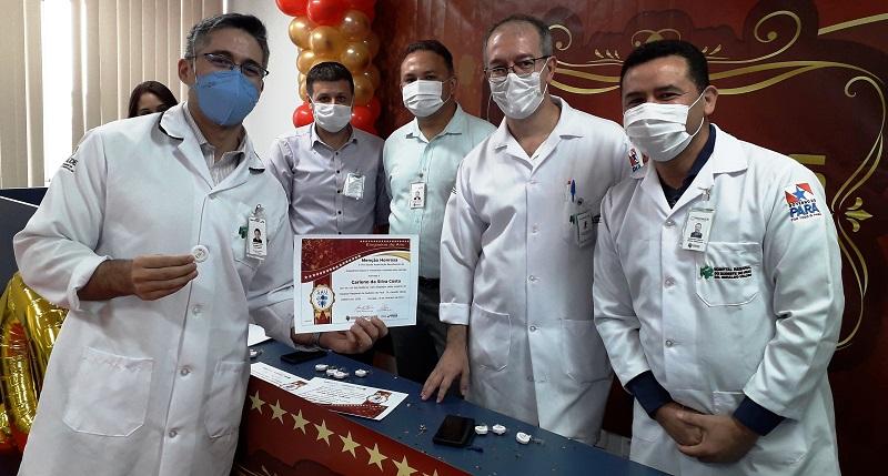 Equipe médica do HRSP e homegeada em evento. Fotografia Comunicação Pró-Saúde