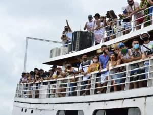 Enquanto esperavam embarque, pessoas ficaram sem máscara (Foto: Junio Matos)