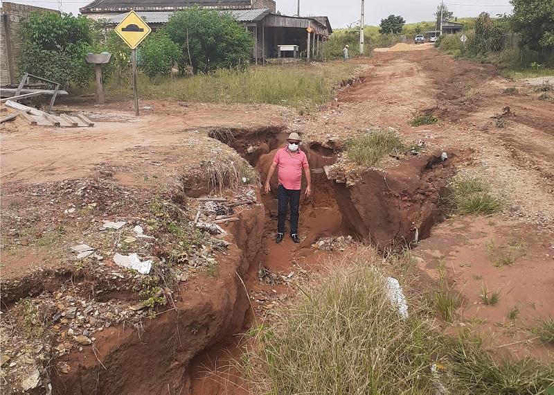 Este buraco aqui é amostra da real situação do bairro o abandono total(Adecio PIran)