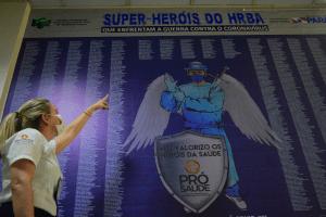 Colaboradora localiza seu nome no painel de homenagem - Foto Comunicação Pró-Saúde