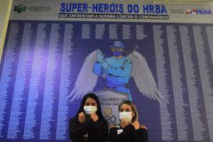 Colaboradoras interagindo com o painel Super-Heróis do HRBA - Foto Comunicação Pró-Saúde