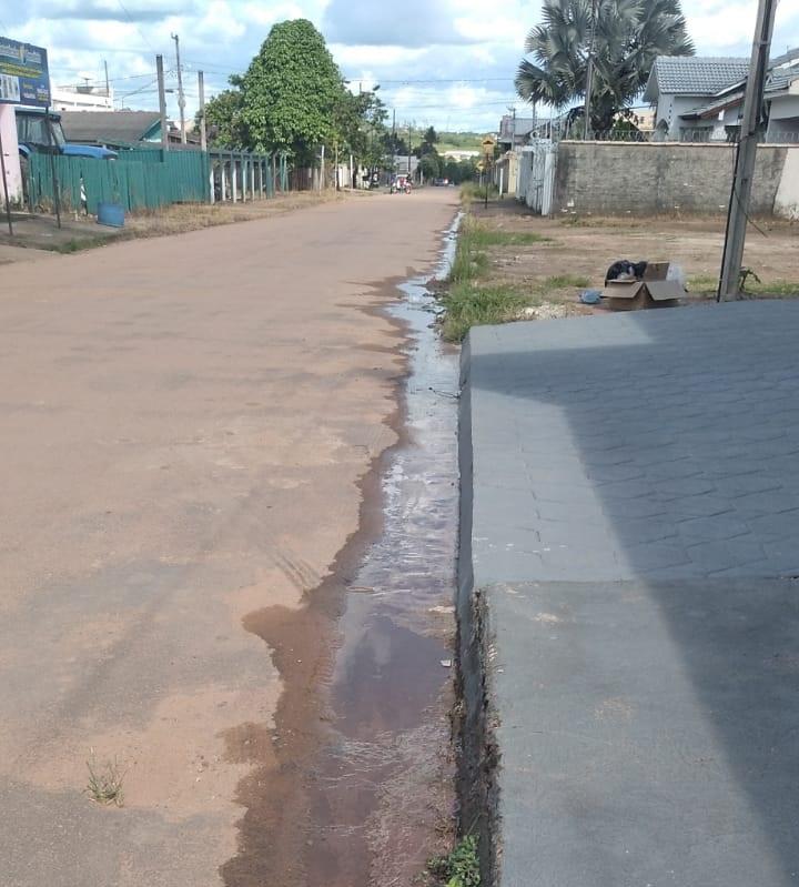 Agua  escore na via publica- Desperdício de água por conta de vazamento (Foto:via WhatsApp)