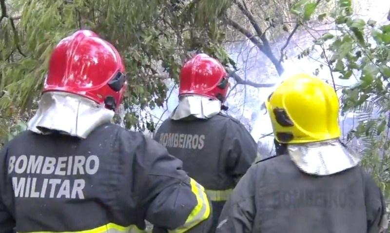 O Corpo de Bombeiros está no local e a PM auxilia as equipes que trabalham na ocorrência.Reprodução