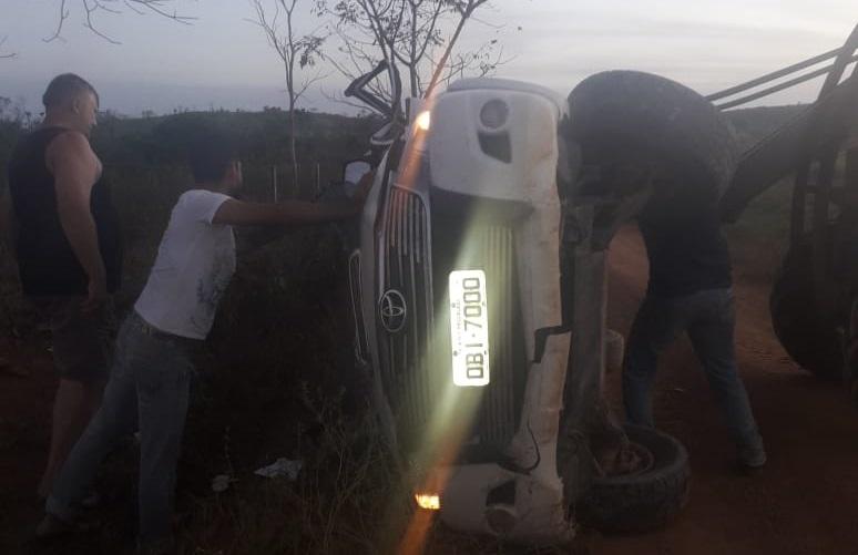 Veiculo tombou ao colidir com arvore (Foto:Via WhatsApp)