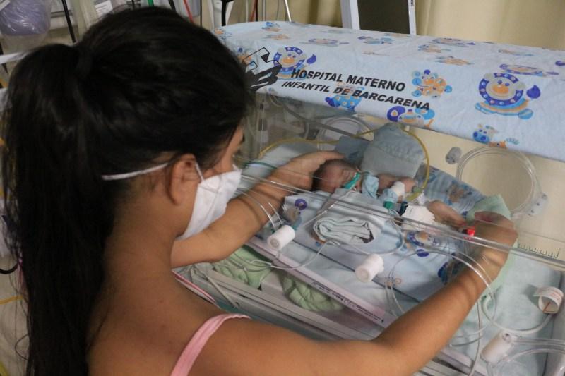 Mãe Ana Júlia no cuidados integrados ao filho Calebeno HMIB- Pró-Saúde