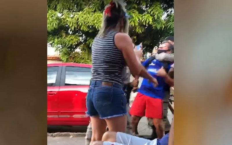 Professor Arquidones Bites deixa a sede da Polícia Federal em Goiânia — Foto: Camila Faraco/TV Anhanguera