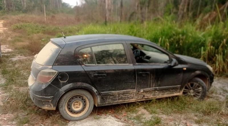 Veiculo suspeito foi encontrado abandonado nas proximidades do crime(Foto:Divulgação PM)