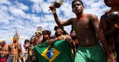 Indígenas de todo o país realizam marcha pela demarcação de terras e a garantia de seus direitos, na Esplanada dos Ministérios, como parte da programação do Acampamento Terra Livre.
