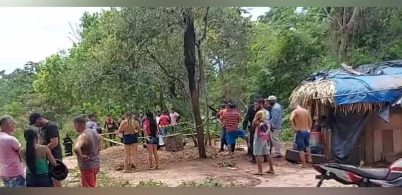 Populares ao redor da área onde Ianderson Pontes caiu sem vida após ser esfaqueado por assaltante — Foto: Reprodução/Redes sociais
