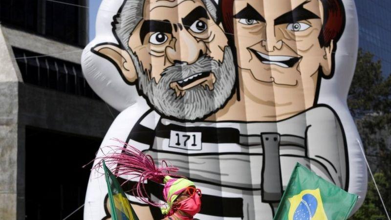 Ato na Avenida Paulista contou com boneco crítico a Lula e Bolsonaro (Foto:Crédito, Reuters)