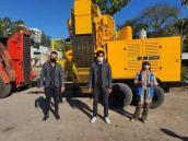 Diretores Nycholas Gonçalves dos Santos, Lucas Arruda e Nilda de Oliveira recebem equipamento
