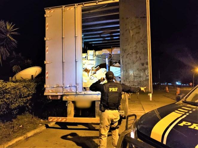 PRF recupera carga roubada avaliada em milhares de reais, apreende drogas e prende organização criminosa na BR 116. Foto: Divulgação/PRF