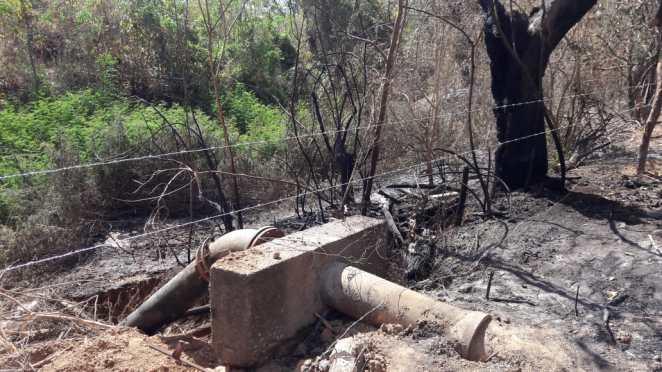 Trecho da rede danificada com o incêndio. Foto: Divulgação/Embasa