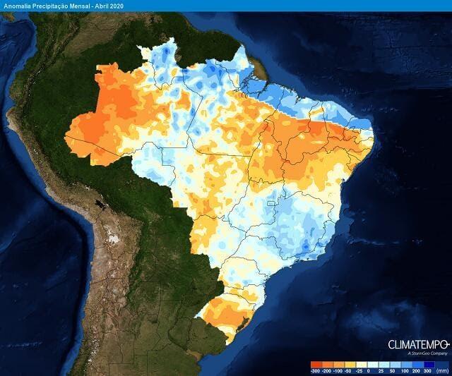 Anomalia de chuva prevista pela Climatempo para abril de 2020: os tons de azul indicam chuva acima média; os tons em laranja indicam chuva abaixo da média histórica