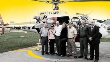 Leslie R. Backschies, a segunda à esquerda, e mais quatro agentes do FBI visitaram o Grupamento de Radiopatrulha Aérea (GRPAe) da Polícia Militar do Estado de São Paulo (PMESP) (Foto: Arte: Bruno Fonseca/Agência Pública - Foto: Site Piloto Policial)