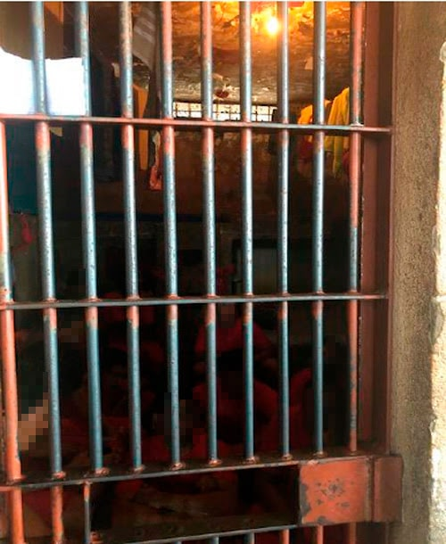 A Defensoria Pública de Minas Geriais encontrou cela com 17 pessoas (6 camas) e luz natural no Presídio Professor Jacy de Assis (Foto: Defensoria Pública de Minas Gerais)