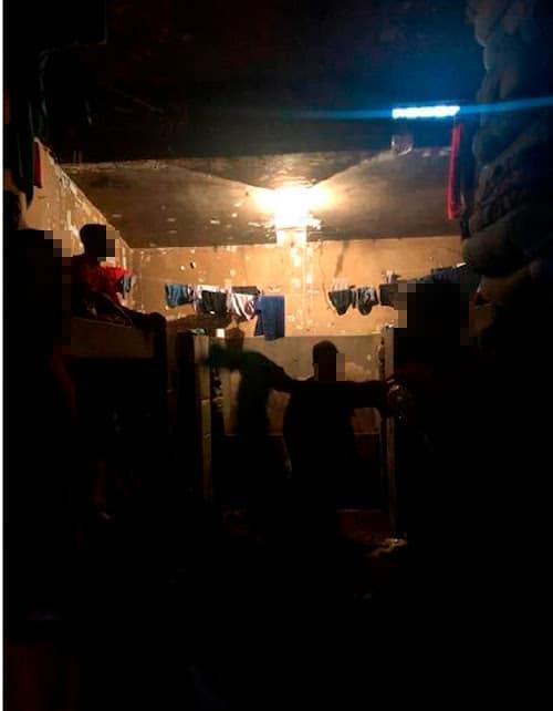 No pedido para interdição parcial do presídio, fotos mostram presos vivendo em em celas superlotadas e com ventanas lacradas (Foto: Defensoria Pública de Minas Gerais)