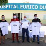 Equipe do Hospital Eurico Dutra recebendo camisetas e toalhas 100% algodão (Foto: Abapa/Divulgação)