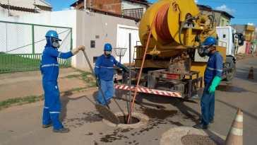 Equipe de desobstrução de rede de esgoto (Foto: Embasa/Divulgação)