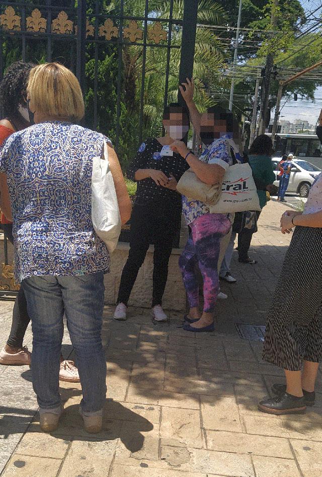 Fieis na frente do Templo de Salomão, em São Paulo, distribuindo santinhos e material de campanha política (Foto: Mariama Correia/Agência Pública)