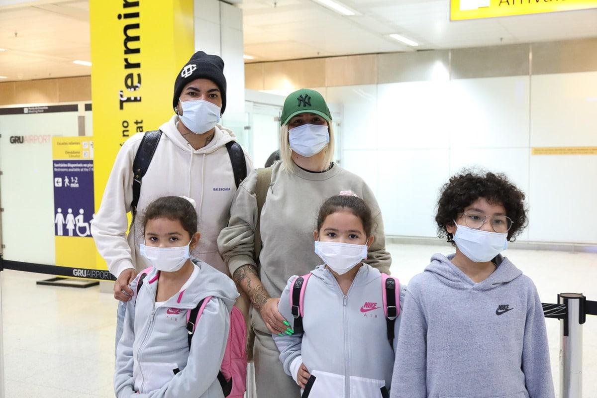 Dani Souza e Dentinho desembarcam no Brasil com os filhos, após temporada na Ucrânia