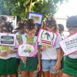 Crianças fazem passeata para expor trabalhos sobre a dengue