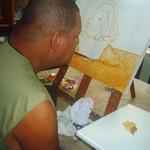 Artista plástico que pinta com a boca expõe suas obras em Guarapari