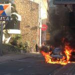 Carro fica em chamas e interdita rua no Centro