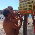 Amigos se reúnem e colocam placa de conscientização na Praia do Morro
