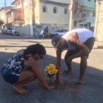 Protesto de jovens usa flores para tapar buracos das ruas de Guarapari