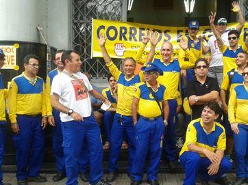 Servidores dos Correios fazem assembleia nesta quarta para decidir sobre greve