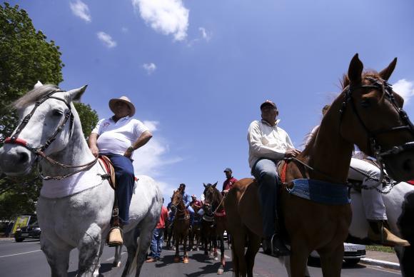Apoiadores de vaquejada seguem para Brasília e comboio tem 500 caminhões. Veja vídeo