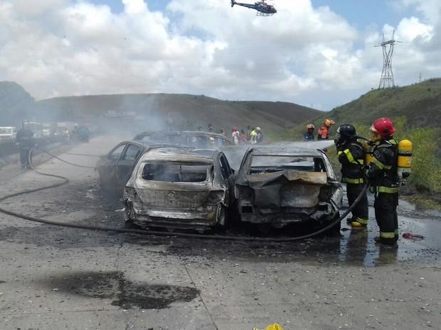 Acidente fatal envolve nove carros e três motos na BR-232