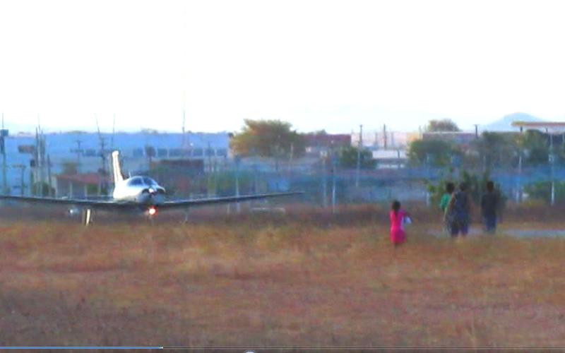 Pessoas se aproximam de avião em movimento no aeroporto de Sousa e por pouco não causam acidente. Veja vídeo