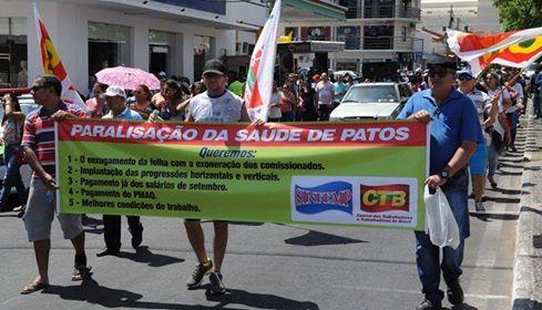 Servidores públicos de Patos fazem protesto e exigem pagamento de salário em dia