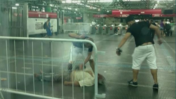 Homem defende gay e é espancado até a morte em estação do Metrô de SP