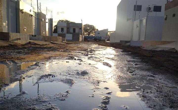 Cano estourado causa desperdício de água tratada e indignação de moradores em Patos