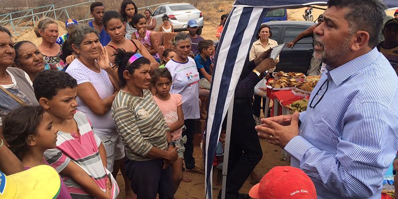 Prefeito Lenildo Morais se confraterniza com membros da associação de catadores do lixão
