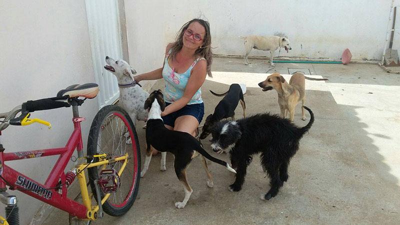 Agente de Saúde cuida de cachorros doentes nas ruas e cria sete cadelas em casa