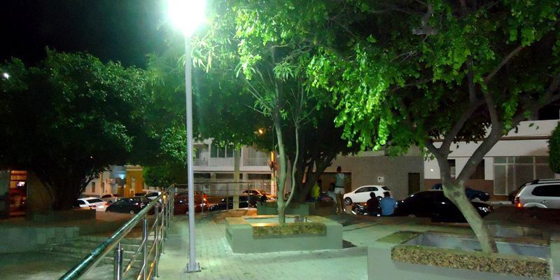 Bombeiros e SAMU atendem criança que sofreu descarga elétrica na Praça Edvaldo Mota