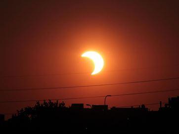 Por volta das 11h23 horas começa o eclipse parcial do Sol. Vê-lo a olho nu pode causar danos à visão