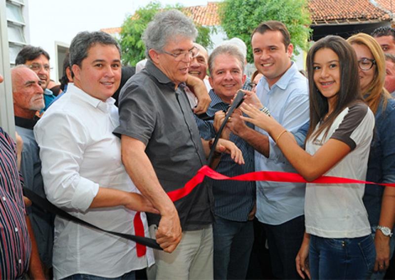 Governador inaugura novo prédio de escola em São Mamede