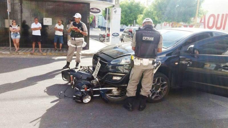 Dois acidentes envolvendo carros e motos são registrados neste domingo, em Patos