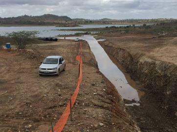 Água da transposição começa a reforçar açude de Camalaú e segue para Boqueirão