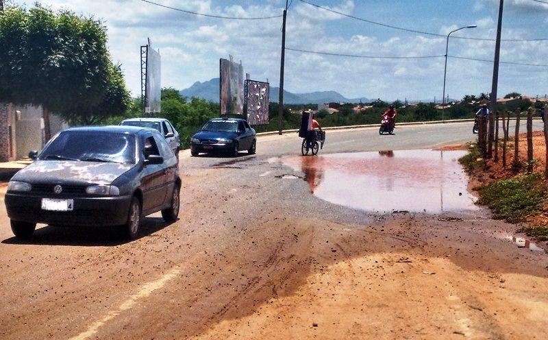 Buracos e acúmulo de água das chuvas trazem transtornos na via de tráfego da Nova Ponte do Jatobá