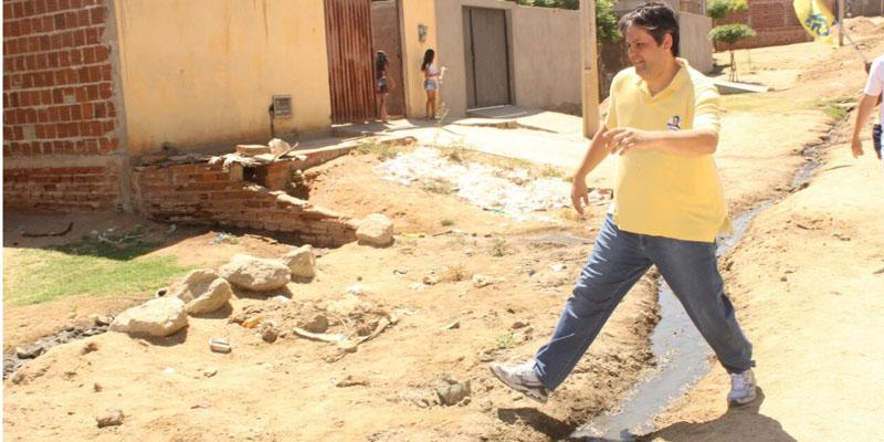 Prefeito fiscaliza obra na Rua da Lama no Mutirão
