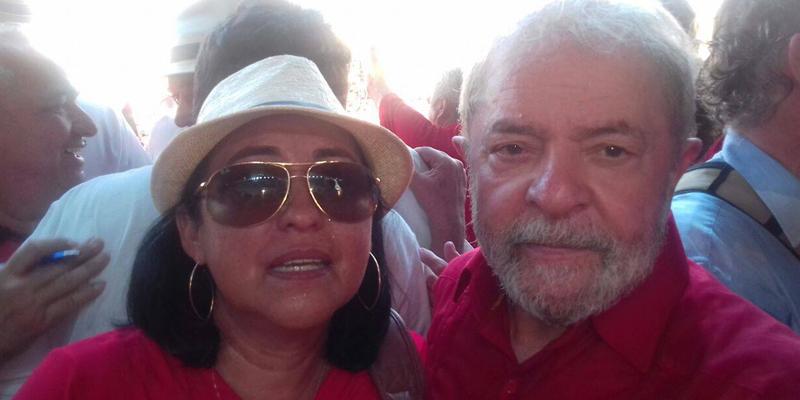 Professora de Malta realiza o sonho de abraçar o Lula e posar para uma foto ao lado dele