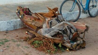 Caixão de defunto é deixado fora do cemitério em Juazeirinho