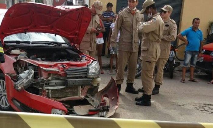 Jovem 'voa' por cima de carro, cai a alguns metros e consegue se levantar após acidente no centro de Sousa; vídeo
